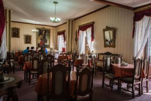 Un restaurante o sitio para comer en Hostal Sucre