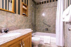 A bathroom at Albatross Hotel