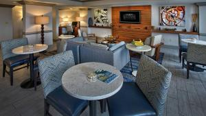 A restaurant or other place to eat at Renaissance Fort Lauderdale Cruise Port Hotel