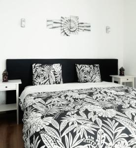 A bed or beds in a room at Pirata hostel Milfontes