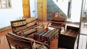 Uma área de estar em La Casa del Pueblo Hostal