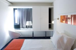 A bed or beds in a room at Star Inn Porto