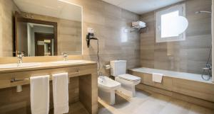 A bathroom at Ilunion Almirante