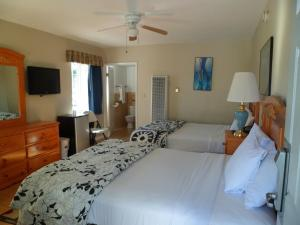 A bed or beds in a room at Ocean Park Inn