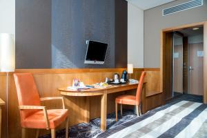 A television and/or entertainment centre at Hotel Lycium Debrecen