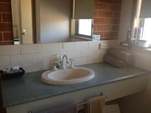 A bathroom at Rose Garden Motel