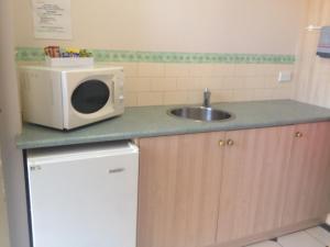 A kitchen or kitchenette at Rose Garden Motel