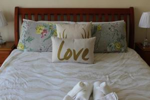 A bed or beds in a room at Australian Home Away @ Doncaster Elgar