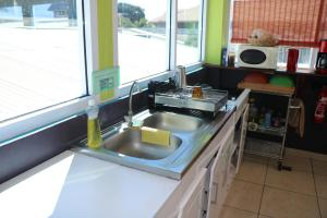 A cozinha ou cozinha compacta de Mahana Lodge Hostel & Backpacker