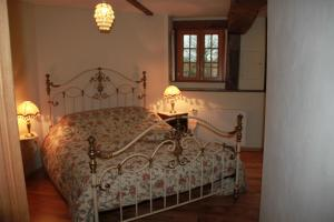 A bed or beds in a room at B&B La Difference Le Pressoir