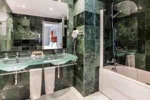 A bathroom at Exe Las Adelfas