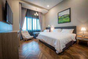 A bed or beds in a room at THE MARINA SUITE @ STRAITS QUAY