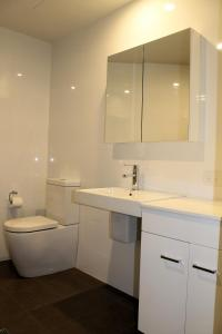 A bathroom at Apartment On King Street
