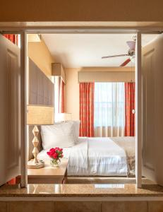 A bed or beds in a room at Floridays Orlando Two & Three Bed Rooms Condo Resort