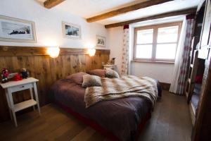 A bed or beds in a room at Le Chalet des Anges