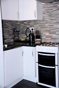 A kitchen or kitchenette at Central 2 Bed Apartment (1)