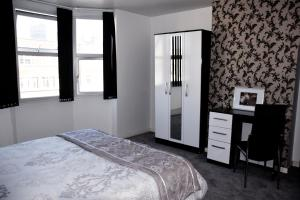 A bed or beds in a room at Central 2 Bed Apartment (1)