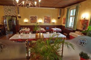Ein Restaurant oder anderes Speiselokal in der Unterkunft Hotel Restaurant Itzlinger Hof