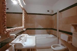 A bathroom at Antica Dimora alla Rocca