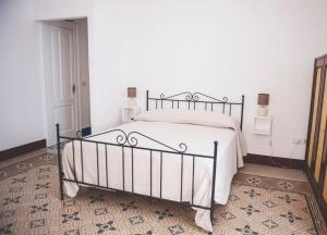 A bed or beds in a room at Nei Paraggi