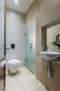 Um banheiro em Two Pillows Boutique Hostel