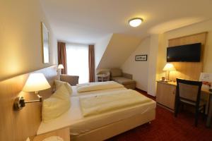 Кровать или кровати в номере Hotel Garni Brugger