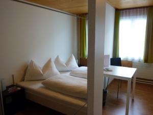 Ein Bett oder Betten in einem Zimmer der Unterkunft Gasthaus Engel