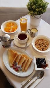 Breakfast options available to guests at Abcot Inn