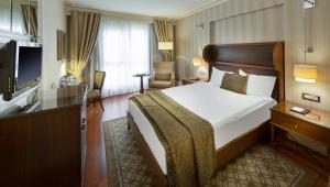 سرير أو أسرّة في غرفة في تايتانيك سيتي تقسيم
