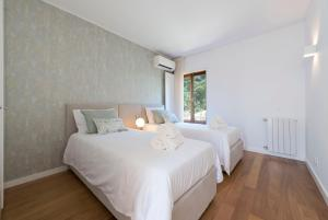 A bed or beds in a room at Atlantic House - Waterfront Luxury Home