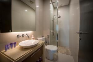 A bathroom at THE MARINA SUITE @ STRAITS QUAY