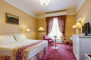 A bed or beds in a room at Danubius Hotel Astoria City Center