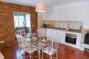 A kitchen or kitchenette at Casa Belavista