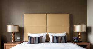 A bed or beds in a room at AMERON Köln Hotel Regent