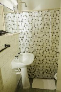 A bathroom at Avenida Hotel