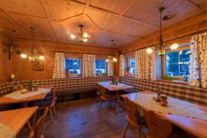 A restaurant or other place to eat at Alpinhotel Monte Superior