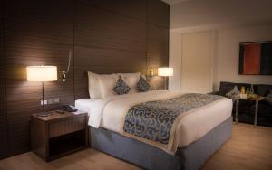 سرير أو أسرّة في غرفة في Asdal Gulf Inn Boutique Hotel- SEEF