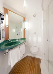 A bathroom at ibis Hotel München Garching