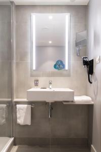 A bathroom at Novotel Szczecin Centrum