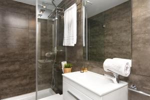 A bathroom at Mercedes Heritage Apartments