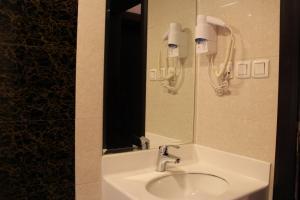 Um banheiro em Massayef Al Khobar 2