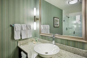 A bathroom at Holiday Inn Saskatoon Downtown, an IHG Hotel