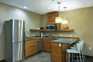A kitchen or kitchenette at Oxford Hotel Bend