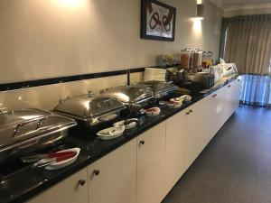 A kitchen or kitchenette at Cattlemans Country Motor Inn & Serviced Apartments