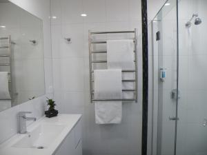 A bathroom at Hamilton Lonsdale Motel