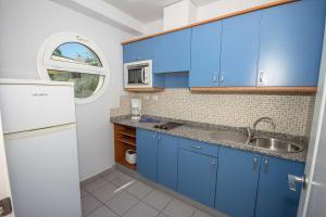 Een keuken of kitchenette bij Servatur Terrazamar Sun Suite