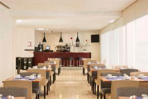 A restaurant or other place to eat at Exe Plaza Delicias