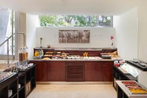 A kitchen or kitchenette at Exe Plaza Delicias