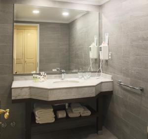 Un baño de MR Hotel Providencia (ex Hotel Neruda)