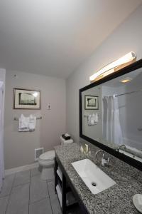 A bathroom at Bar Harbor Inn and Spa